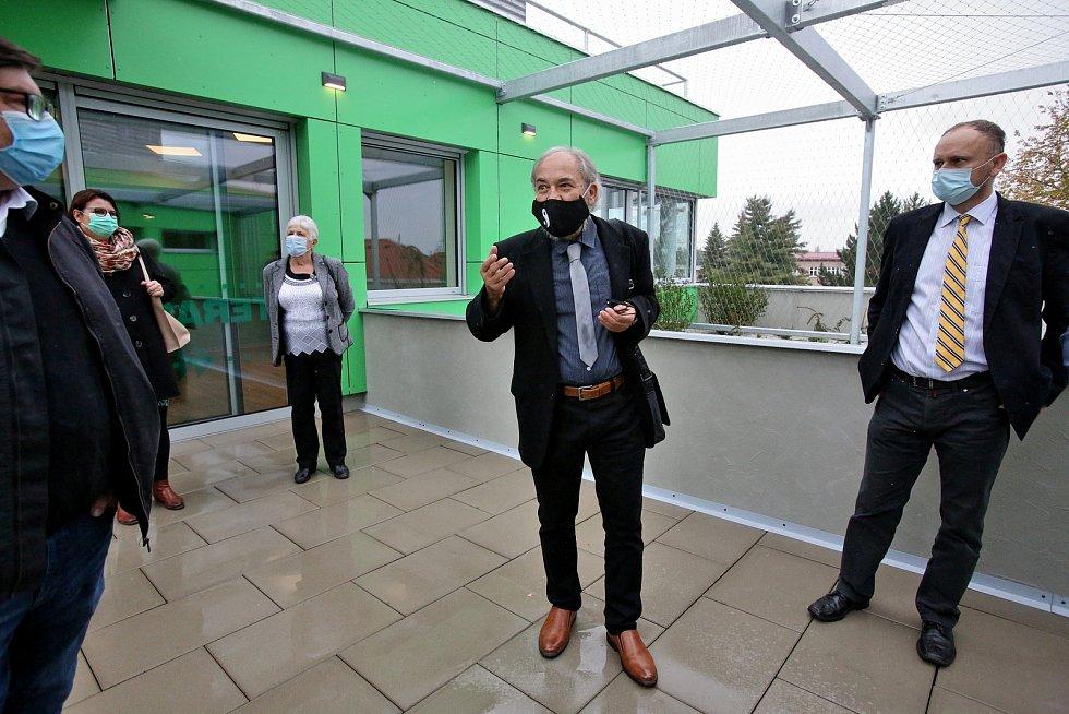 Psychiatrické oddělení táborské nemocnice se přesouvá do nové budovy. V areálu nemocnice vyrostla unikátní budova od architekta Jana Hochmana.