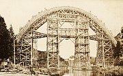 Snímek zachycuje stavbu mostu, který začal sloužit roce 1928. Podle oblouku se mu říká Duha.