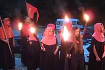 Oheň na plovoucím molu rozzářil hladinu táborského moře krátce po 22. hodině, jednalo se o rekonstrukci výročí oslav mistra Jana Husa.