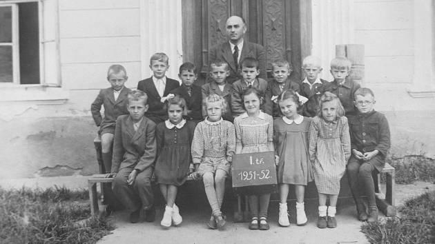 Druhým zprava v horní řadě je Josef Boháč, který v roce 1951 nastoupil do 1. třídy. Žáky učil řídící František Černý.