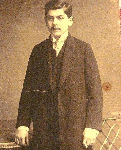 FRANTIŠEK MATĚJKA zBudislavi před odchodem do první světové války. Štěstí mu nepřálo, kulka zasáhla jeho plíce.
