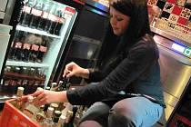 Servírka Bára Ratajová sklízí alkohol.