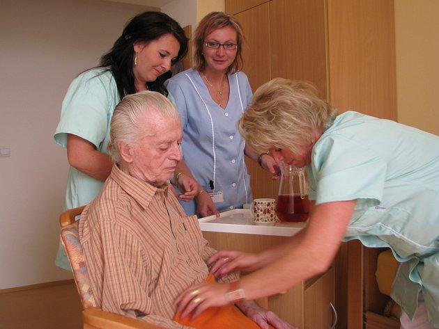 Pomoc pečovatelské služby vyhledává čim dál víc seniorů. Zvláště v odlehlých obcích je velkým přínosem pro lidi, kteří jsou odkázáni pouze na sebe.