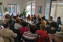 V Café Jednota v Táboře se pravidelně konají akce a přednášky.