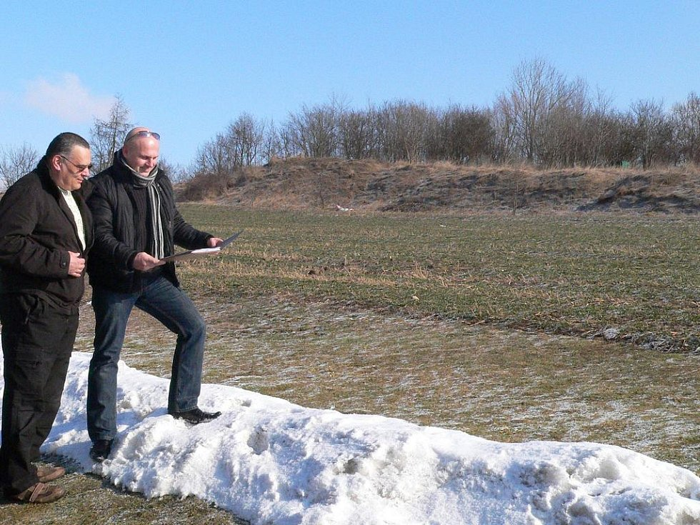 Luděk Šmejkal a Karel Hanousek se mají vzdát plánů na stavby domů. Místo nich má být park.