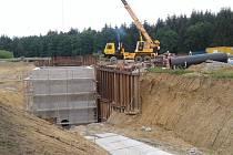I takto může vypadat přesun potrubí. V tomto případě jde o přeložku řadu u Ševětína kvůli stavbě dálnice D3.
