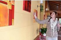 Nikol Johnová ukazuje prostor, kde budou viset obrazy Radima Černého.