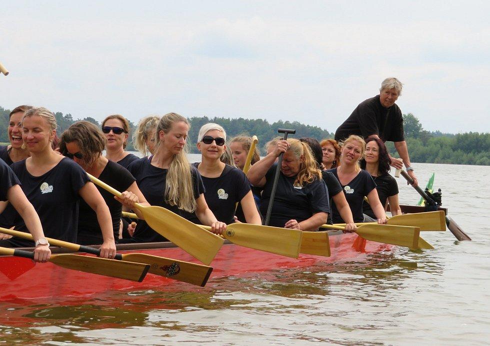 Slavnostní křest dračí lodě a první trénink Bestií se uskutečnil v neděli 6. června v 15 hodin.