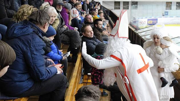 Čertovské přivítání fanoušků HC Tábor na zimním stadionu.
