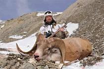 S TROFEJÍ. Luboš Pasák s ovcí Marco Polo, kterou se mu podařilo ulovit poslední den výpravy v Kyrgyzstánu. Místní obyvatele i turisty  fascinují její zakroucené rohy.