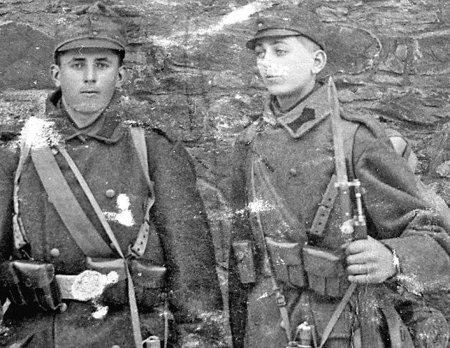 FRANTIŠEK PODRÁSKÝ (vpravo) odešel do války vosmnácti letech. Domů se vrátil, jeho bratr Václav vzákopech zemřel.