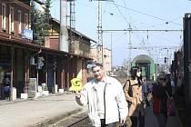 Vlakové nádraží a cestující ve Veselí nad Lužnicí