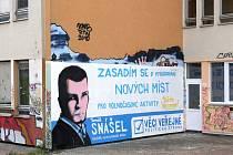 Oficiální billboard Věcí veřejných někdo překreslil na zeď školy.