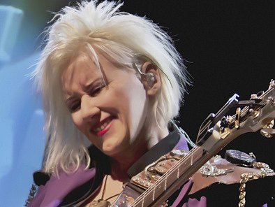 Jennifer Batten. Kytara napříč žánry.