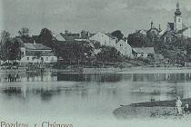 HISTORICKÝ SNÍMEK. Pohled  na Chýnov od zámeckého rybníka v roce 1898