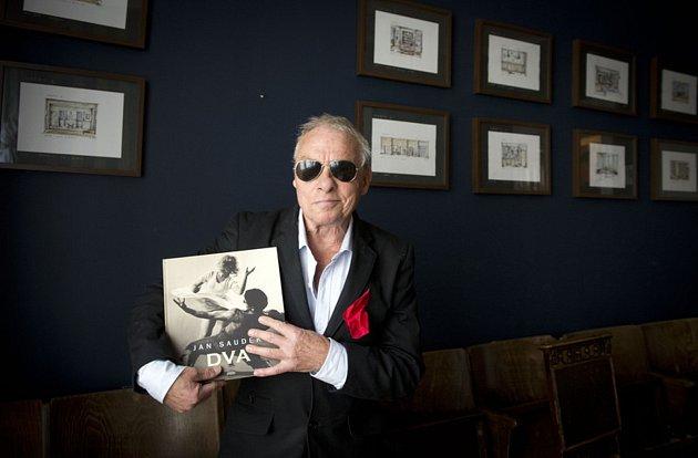 Fotograf Jan Saudek (na archivním snímku z1. listopadu 2017) se svou knihou Dva.
