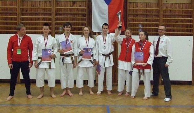 Reprezentanti Shotokan karate klubu Bechyně na MČR vNeratovicích.