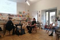 Kavárna Café Knihy Jednota se stala poslední pátek v září odpoledne diskusním fórem k tématu Back 2 Tábor.