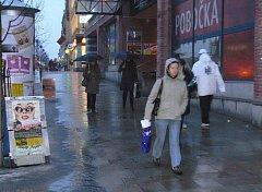 Páteční déšť se sněhem večer pomalu namrzal a na chodnících se tvořila ledovka.