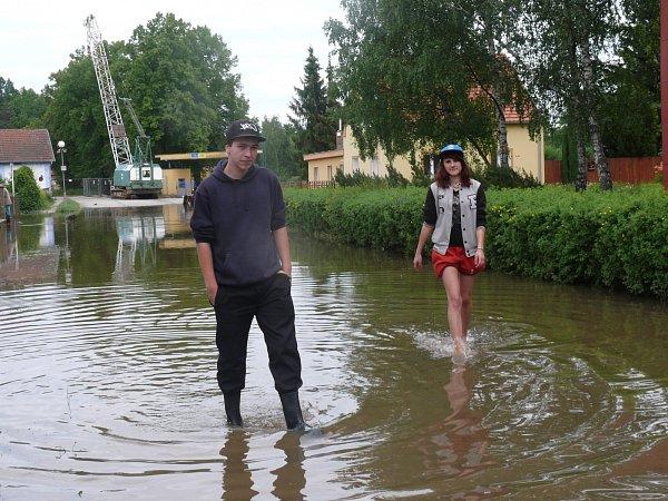 ŘEKU SLEDOVALI ZVODY. Martin Špulák vholínkách a Renata Žáková bosa se procházeli vzaplavené Sokolské ulici.