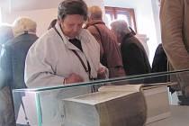 Zdeňku Regentovou zaujala velká bible z majetku církve.