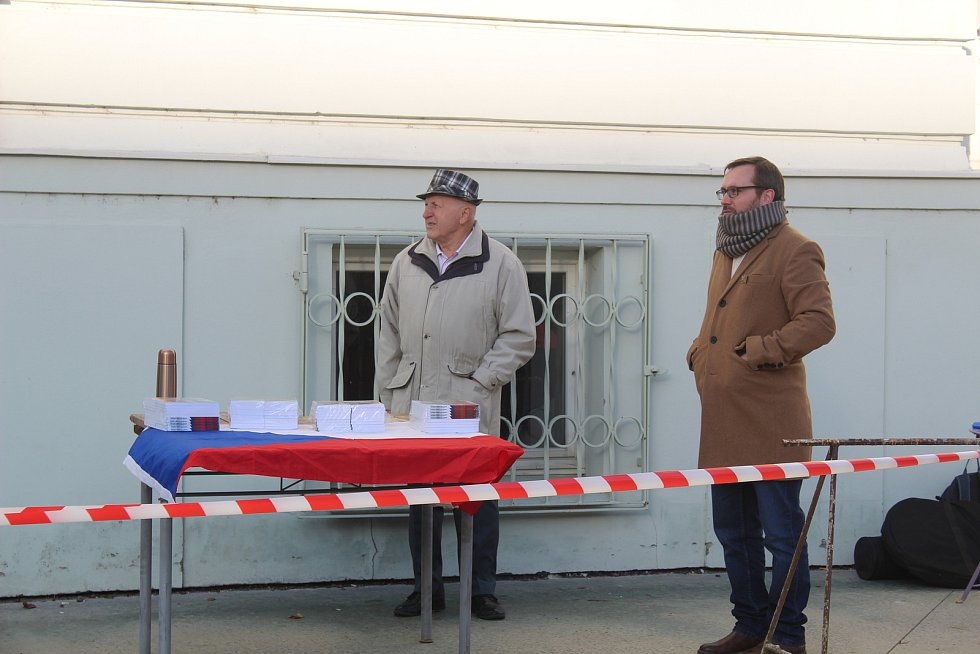V Táboře v sobotu odpoledne demonstrovali odpůrci roušek a vakcinace. Jedním z řečníků byl i předseda krajně pravicové Národní demokracie Adam B. Bartoš.