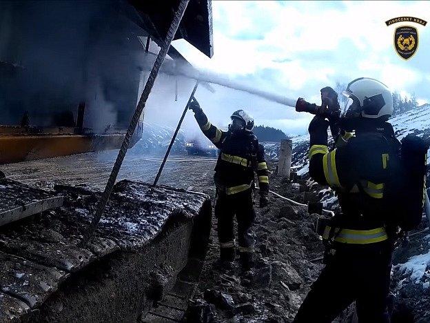 Požár vrtné soupravy na stavbě železničního koridoru u Doubí.