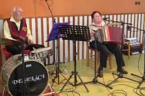 1) Růžena Kostrounová už od mala tíhla k hudbě. Považuje se za samouka, prvně držela harmoniku u své kmotry. Její otec, také muzikant, si všiml jejího nadání a pořídil jí první vlastní nástroj. Hrát a zpívat chce, dokud bude moci.