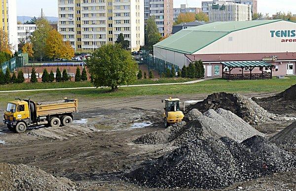 SKLÁDKA VČERA.Místo slouží jako mezideponie. Dělníci odtud nadrcené kamení vozí na soukromý pozemek za Táborem. Prostor by měl být vyčištěný na konci listopadu.