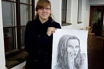 Tereza se svou sestrou Eliškou (její portrét drží na snímku v ruce) sní o společné firmě. Budou ji mít spíše pro radost, protože Tereza se hodlá věnovat scénografii.