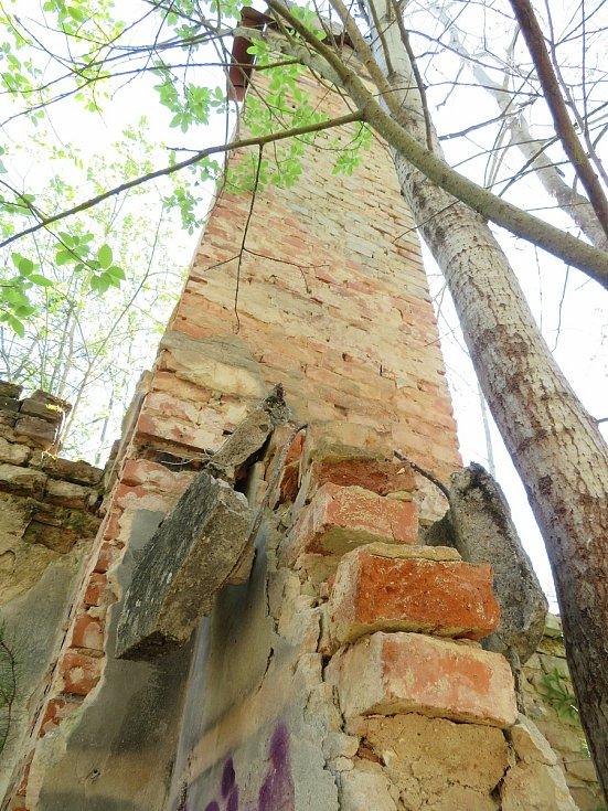 V Turoveckém lese nedaleko Košic na Táborsku je jediným pozůstatkem po vyhlazené vesnici Strakačov stejnojmenná vyhořelá hájovna.