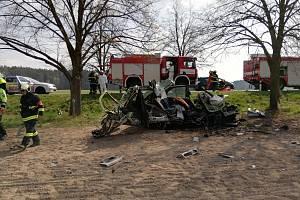 U Roudné na Táborsku po nárazu do stromu začalo auto hořet. Řidič zemřel.