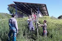 Každá skupina strávila na farmě čtrnáct dní, během kterých se studenti naučili například pečovat o olivovníky, starat se o hospodářská zvířata, péci pravý italský chléb, či si osvojili postup výroby olivového oleje.