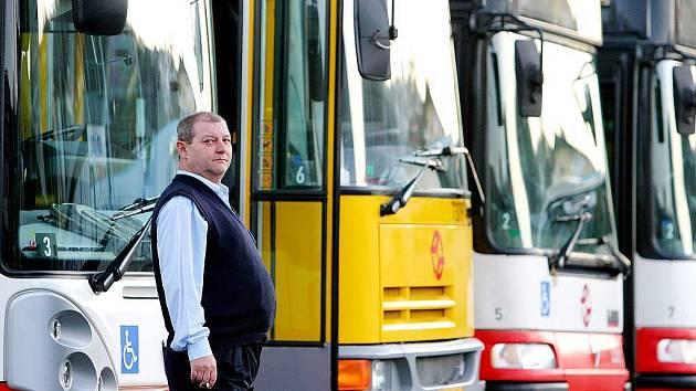 ŘIDIČI NAD ZLATO. Řidiči autobusů a kamionů v jižních Čechách se nemusí bát o práci. Dopravci v regionu jich mají stále nedostatek. Manažeři dopravních firem stojí letos ještě před dalším problémem – podle nového silničního zákona musí projít všichni řidi