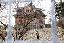 Vilu, jejíž osud je neznámý, hlídají růže a trpaslík. Dům pochází ze 30. let.