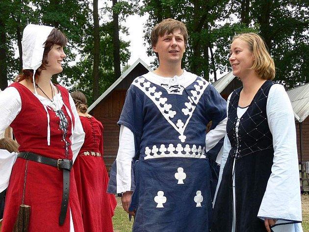 KOSTÝMY.  Mezinárodní letní tábor Středověk 2007 v Plané nad Lužnicí začal  přehlídkou středověkých kostýmů.