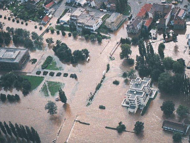 Letecký snímek na povodně ve Veselí nad Lužnicí roku 2002.