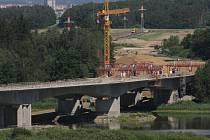 Přes rybník mezi Planou nad Lužnicí a Sezimovým Ústí se překlenul půl kilometru dlouhý most.