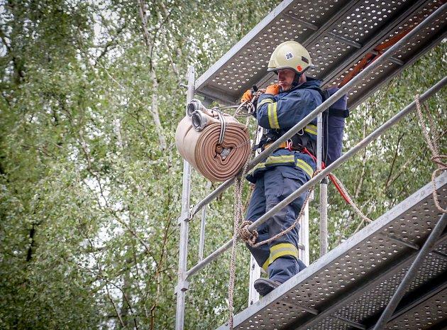 Soutěž TFA simuluje práci hasičů při zásahu. Na Hýlačce se jí zúčastnilo celkem 56 hasičů.