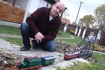 PAVEL KOHOUTEK si na zahradě postavil šedesátimetrový model kolejiště. Pravidelně se na něm prohání Elinka v měřítku 1:43.
