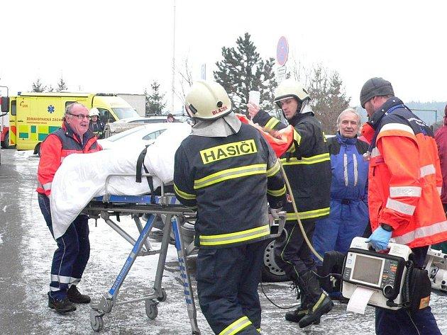 Pacienta odváží záchranná služba.