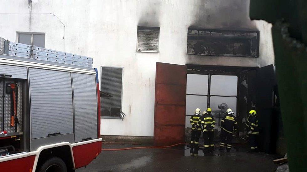 V Choustníku hořela střecha chipsárny.