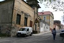 Jde o blok tří budov v Dobrovského ulici. Nyní by zde mělo vzniknout vývojové centrum.