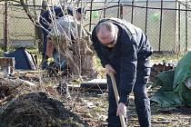 Policisté při hledání dalších kosterních ostatků pozemek důkladně prohledali.