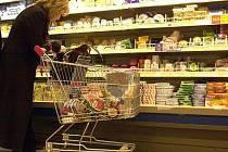 Ačkoli v supermarketech ceny mléka a mléčných výrobků rostou, farmáři vedou spor s mlékárnami o výkupní cenu mléka. Spočítali, že za mléko dostávají méně peněz než předloni.