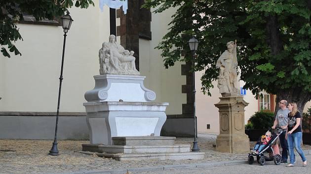 Sousoší před kostelem na Žižkově náměstí v Táboře.