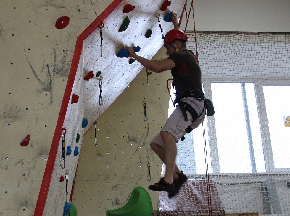 V úterý se u táborských profesionálního hasičů konala jihočeská soutěž v lezení po stěně. Zúčastnilo se jí 30 hasičů z celého kraje.