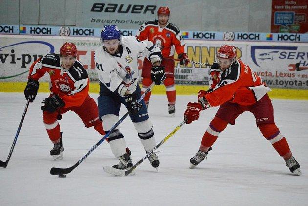Radek Seidl v obklopení hráčů Pelhřimova.