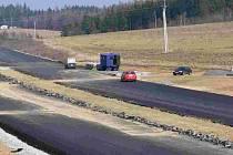 Nový povrch podobný tomuto by silnice z Řepče do Stádlce potřebovala.
