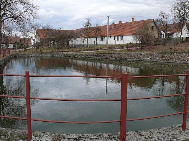 Menších oprav se má dočkat i požární nádrž ve Skopytcích.